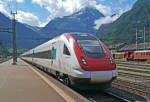 snelle trein door bergachtig landschap