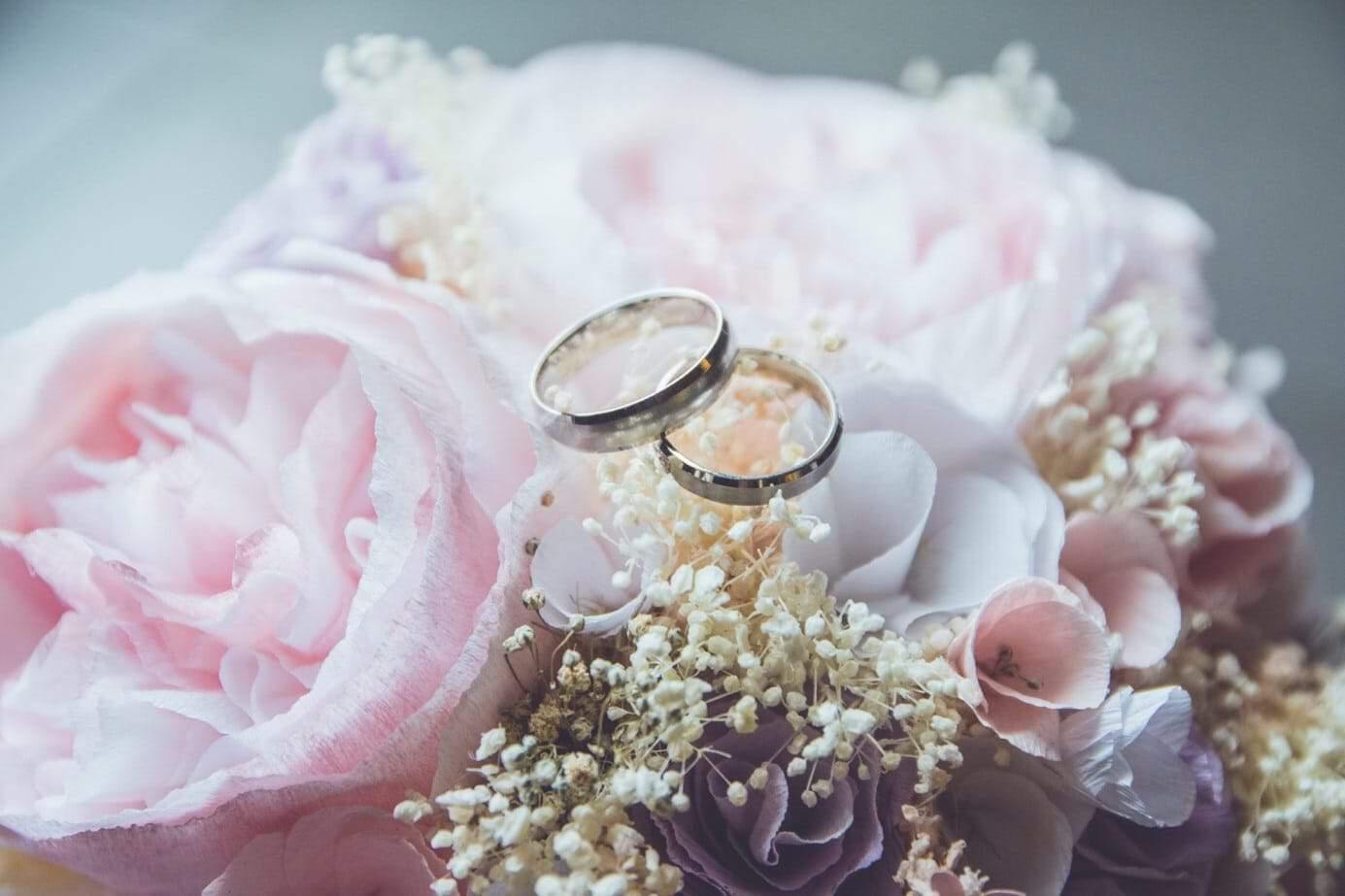 Bruiloft regelen; outfits en ringen uitzoeken