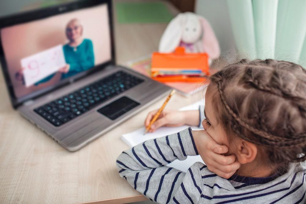 Combinatie van onderwijs op school en thuis