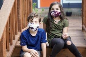 Kinderen mondkapje dragen
